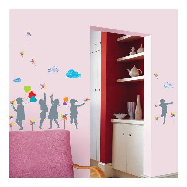 Børn og farvede møller og balloner